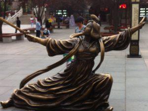 פסל אשה מתרגלת וו שו עם חרב