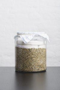 צנצנת זכוכית אטומה עם זרעי דלעת טחונים קלויים