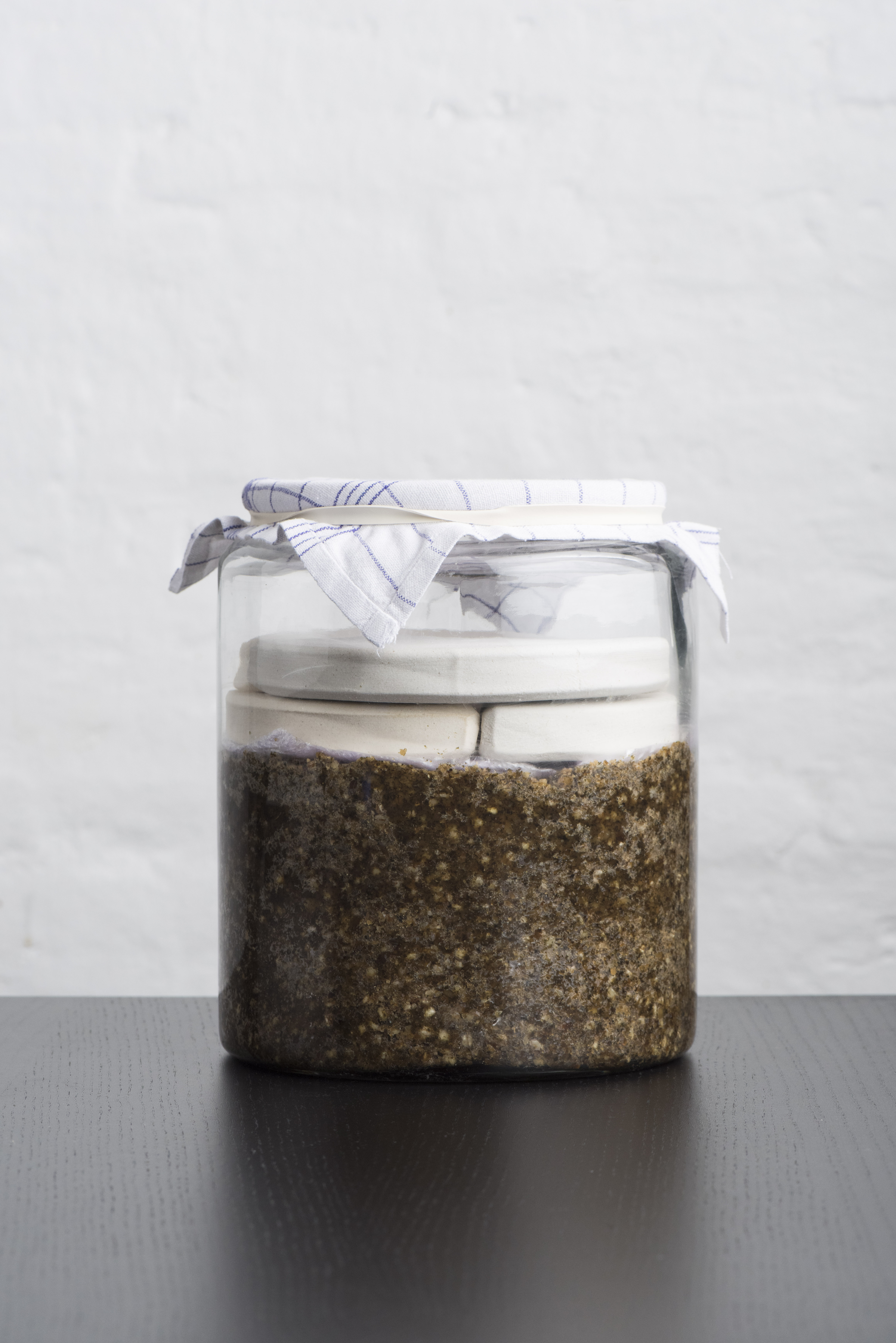 צנצנת זכוכית עם מיסו זרעי דלעת
